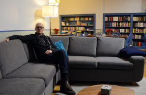 «Ditt vardagsrum i byen» markedsfører kirken seg med. Her i leserommet kan unge svensker som jobber i Oslo, komme for å treffe hverandre, spille spill eller få svensk «fika».